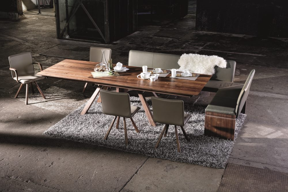 Table noyer table repas en noyer spirit luxe et design for Table de repas design